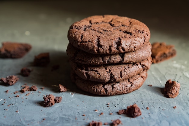太陽の光線で黒いコンクリート背景にチョコレートブラウニークッキーのスタック
