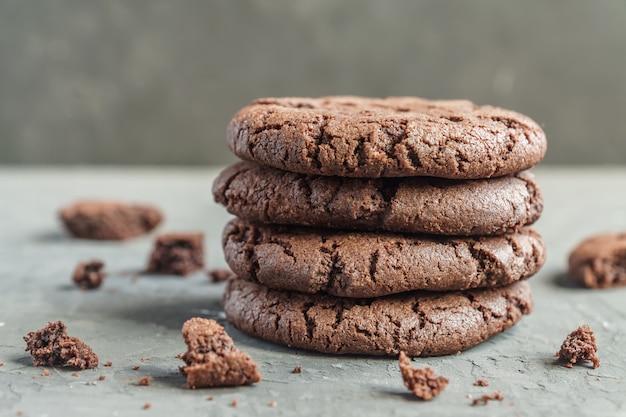 灰色のコンクリートの背景にチョコレートブラウニークッキーのスタック