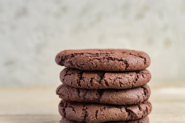 木製の背景にチョコレートブラウニークッキーの立ち往生。自家製ペストリー、コピースペース