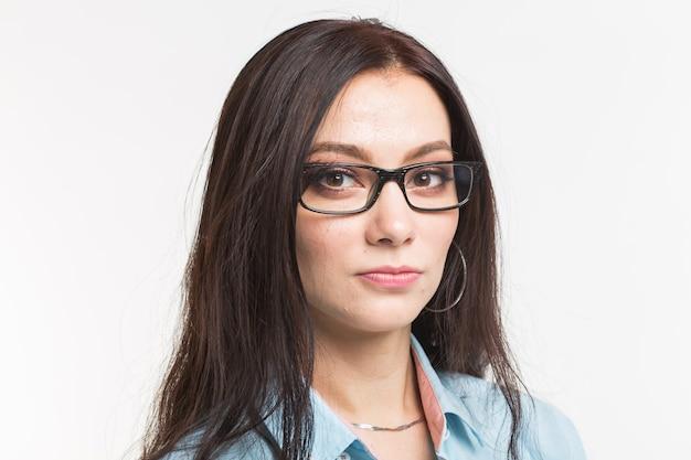 학생, 비즈니스 및 사람들 개념-흰색 표면에 안경에 젊은 자신감 갈색 머리 여자