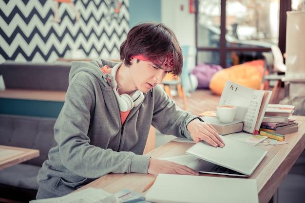 Студент закрывает компьютер. студент заканчивает работу над курсовой работой