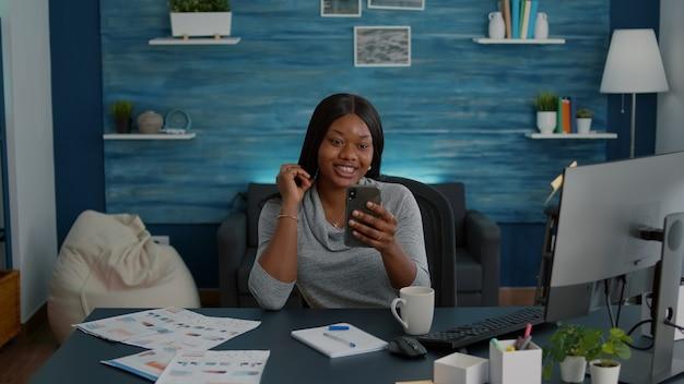 デジタルビデオ通話テレワーク会議中にオンライン学校のレッスンを説明する友人と話し合う学生