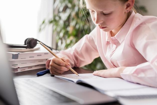 Студентка делает домашнее задание дома