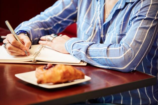 カフェで宿題をしている学生