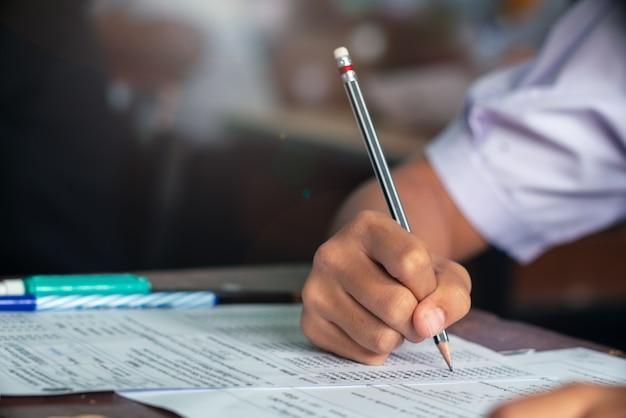 教室でテストを行う学生