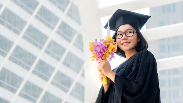 花の花束と卒業生の女の子