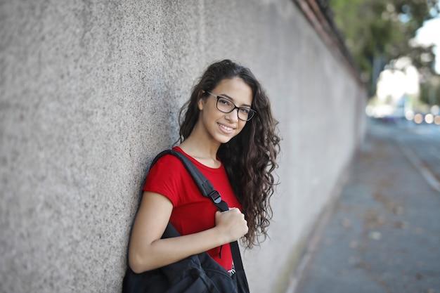 路上の学生の女の子