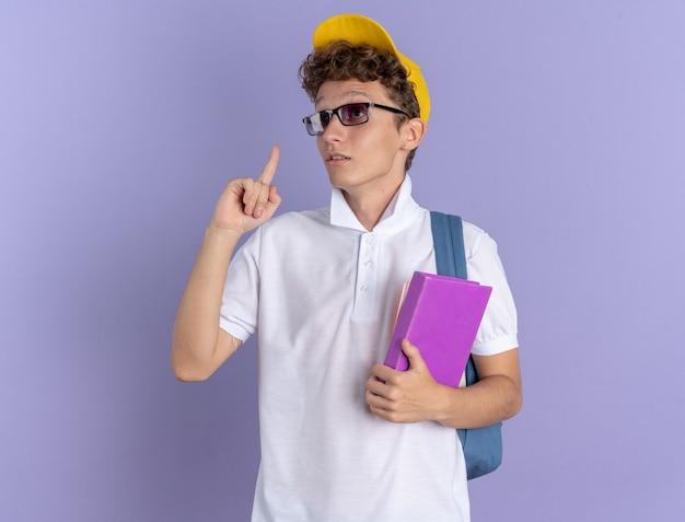 白いポロシャツと眼鏡をかけている黄色い帽子の学生男