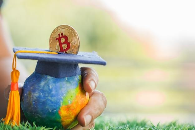 学生の手が投資ビットコインマネーコインを卒業基金にドロップ