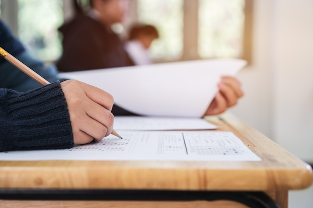 학교에서 시험 시험을 보는 학생. 교육 시험 평가 개념