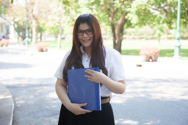 青い文書を持っている学生。