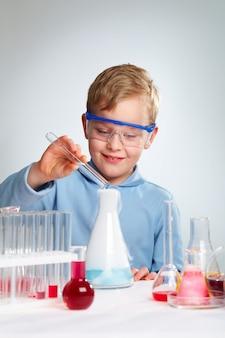 Студент улучшения в лаборатории
