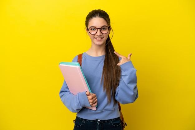 Студент ребенок женщина на изолированном желтом фоне, показывая палец вверх жест