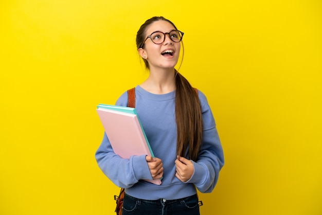 고립 된 노란색 배경 웃 고 학생 아이 여자