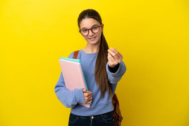 돈 제스처를 만드는 고립 된 노란색 배경 위에 학생 아이 여자