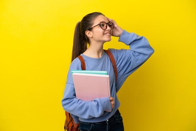 많이 웃는 고립 된 노란색 배경 위에 학생 아이 여자