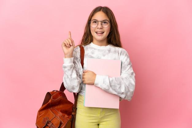 손가락을 가리키는 아이디어를 생각하는 격리 된 분홍색 배경 위에 학생 어린 소녀