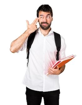 Студент-мужчина, делающий самоубийственный жест