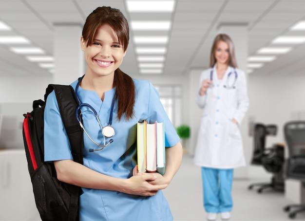 책을 들고 배낭과 의과 대학의 학생