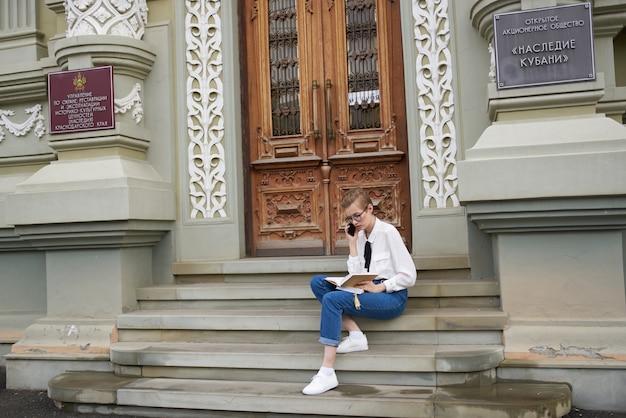 Студент на улице возле дома отдыхает общение