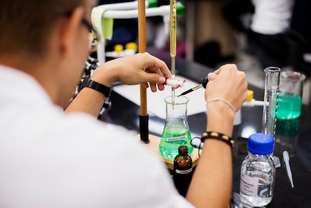 실험실에서 과학 실험을 수행하는 학생