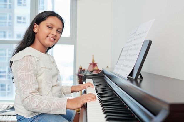 Студент играет на пианино