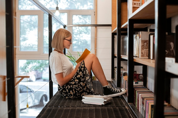 図書館で本を読んでいる学生
