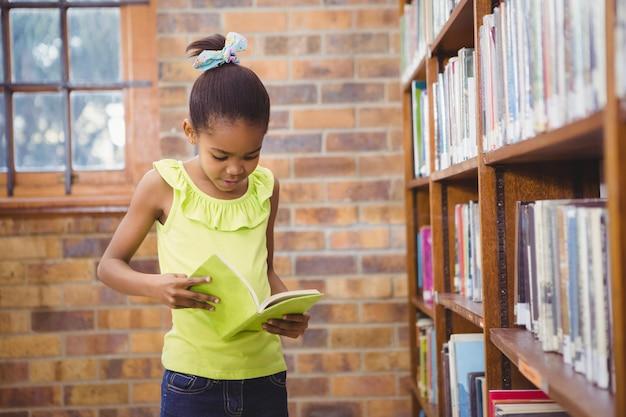 学生が図書館で本を読む