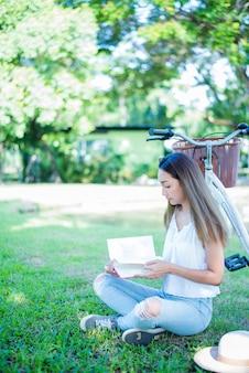 공원에서 책을 읽는 학생. 대학에 갈 준비가 되었습니다.