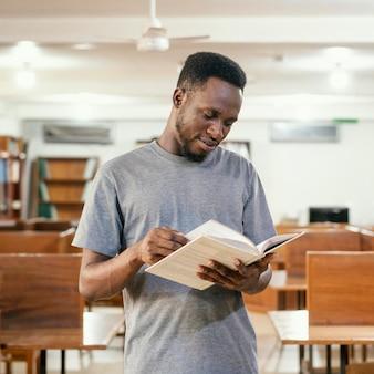 学生が本を読むミディアムショット