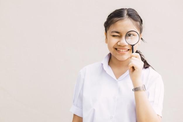 텍스트를 위한 공간이 있는 검색 찾기 및 학습 개념을 찾기 위해 돋보기를 가진 학생 학교 어린이