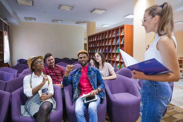 Biblioteca del peccato studente che ha incontro
