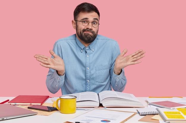 Студент сидит за столом с документами