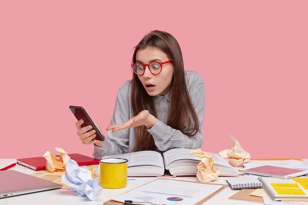 문서와 함께 책상에 앉아 학생