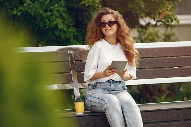 태블릿 도시에 앉아 학생