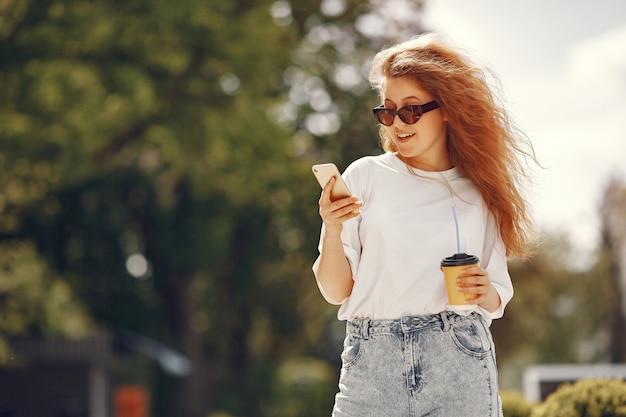 携帯電話が付いている都市に立っている学生