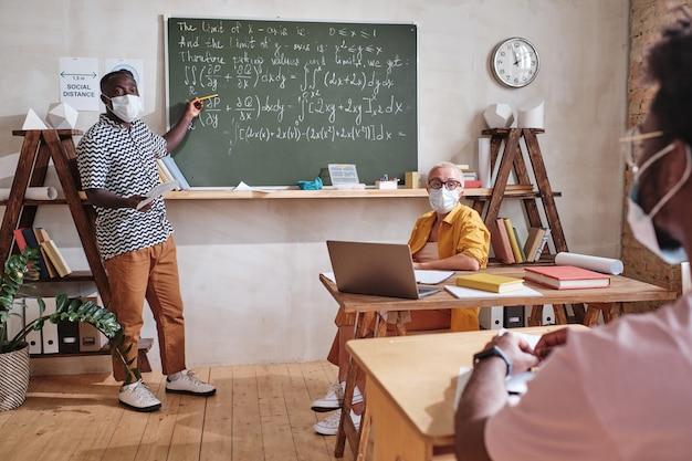 Студент изучает математику в школе