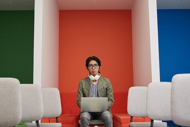 オンラインで勉強している学生