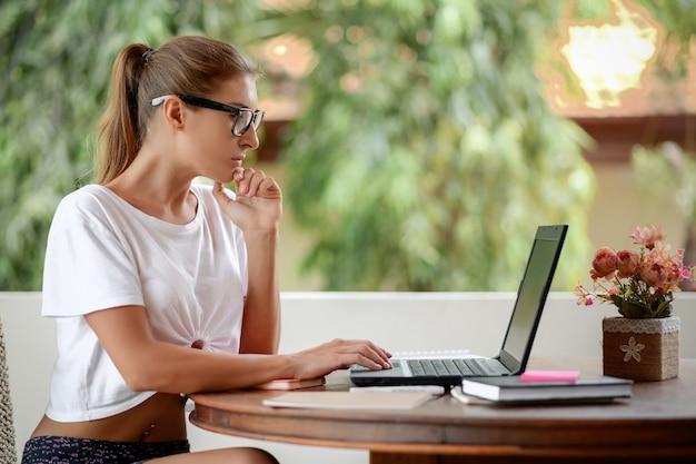 노트북으로 공부하고 집에서 바탕 화면에 메모를하는 학생