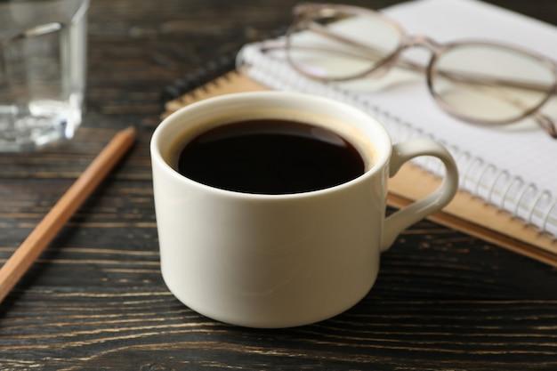 Студенческие принадлежности и чашка кофе