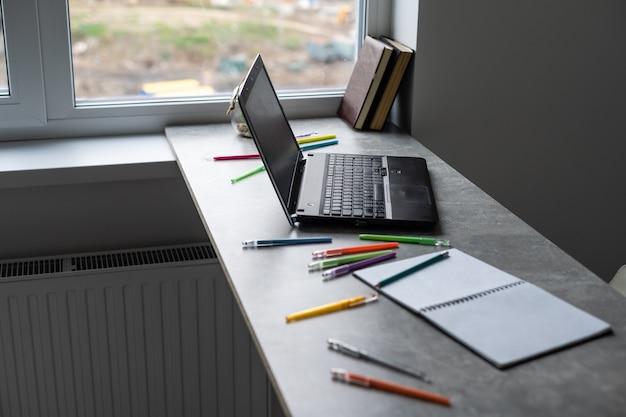Фон таблицы студентов. современный стол с ноутбуком, книгами. пустой открытый дневник с копией пространства для текста. вид сверху, плоская планировка.