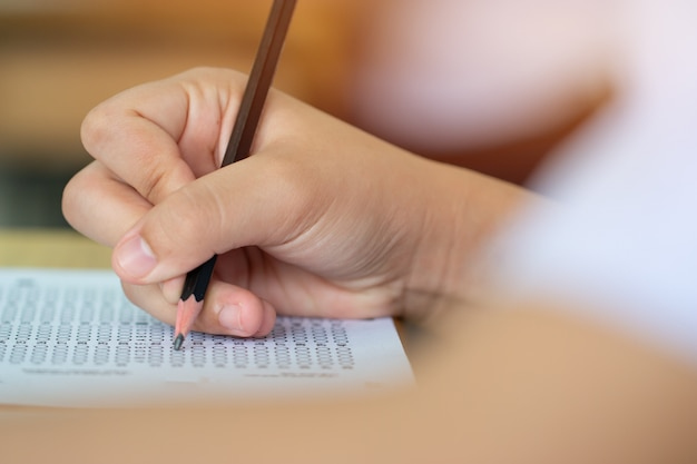 Студент сдает экзамены