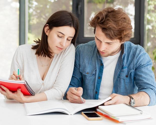 Studente che prende concetto dell'insegnante delle note a casa