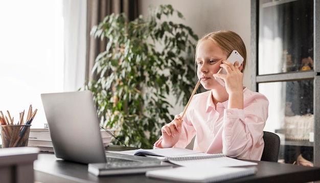 自宅の電話で話している学生 無料写真