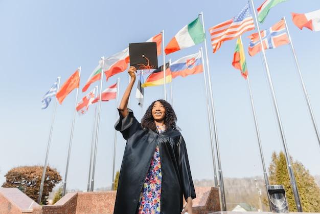 Студент бросает шапки в воздух