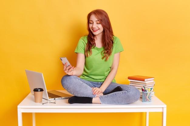 Студент с помощью смартфона для проверки социальной сети