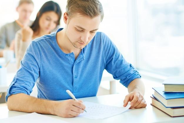 그의 시험에 매우 집중 한 학생