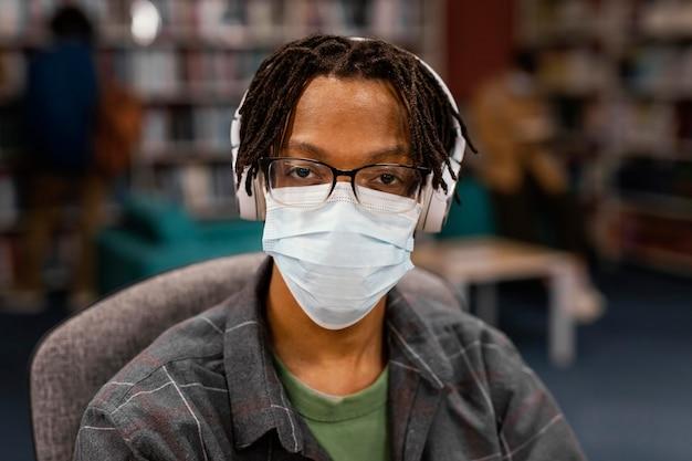 図書館でフェイスマスクを着用している学生
