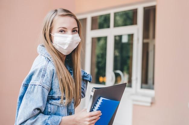 医療用防護マスクを身に着けている学生