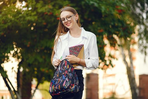 校庭にバックパックを持つ学生
